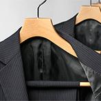 ジャケットとパンツを一緒に掛けられる木製スラックスバー付スーツハンガー
