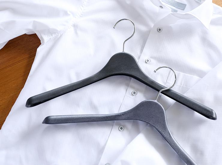 コーベルクローゼット プラスチック フロステッドブラック、スクアーロブルーのハンガー